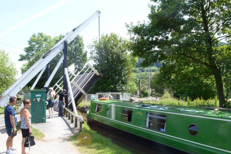 Hebebrücke und Hausboot am Brecon Kanal