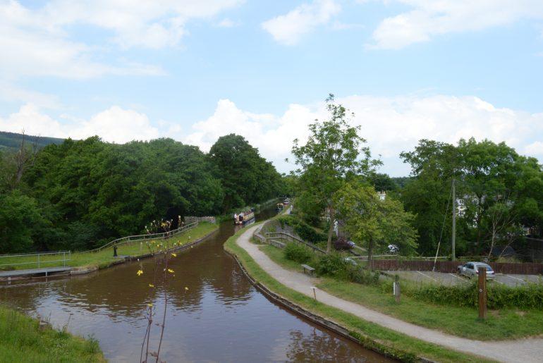 Blick auf den Brecon Kanal von der Brücke hinter dem White Hart Inn