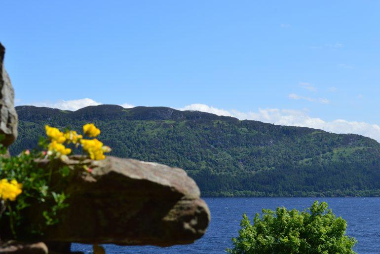 Blick aus der Ruine auf das Loch Ness