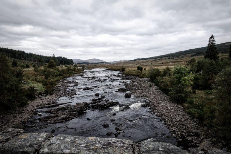 Blick dem Fluss entlang in die Bergschlucht