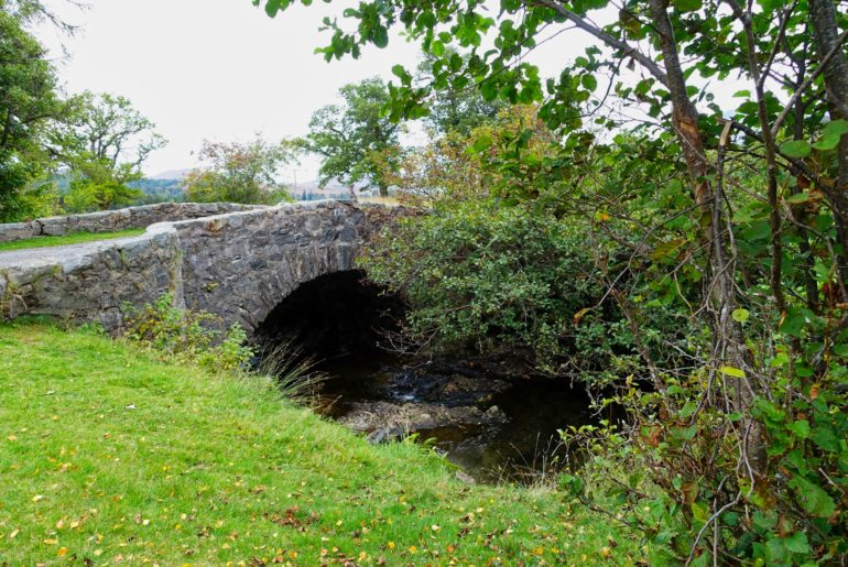...unter einer kleinen Brücke passiert
