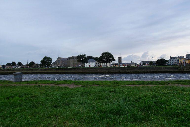 """Der """"Corrib"""" fließt durch Galway und mündet hier in den Nordatlantik"""
