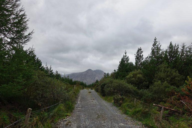 Zwischen den Twelve Bens und den Maamturk Mountains hindurch