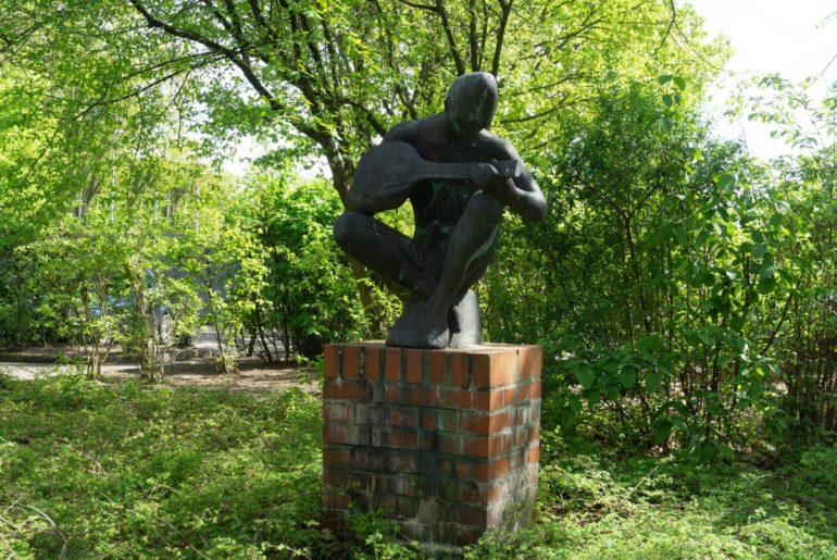 Statue eines Lautenspielers