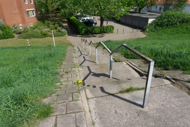 Treppe mit seitlichen Wegen für Kinderkarre oder Hackenporsche